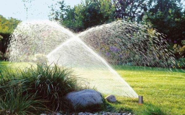 Podlewanie trawnika. Jak prawidłowo podlewać trawnik?