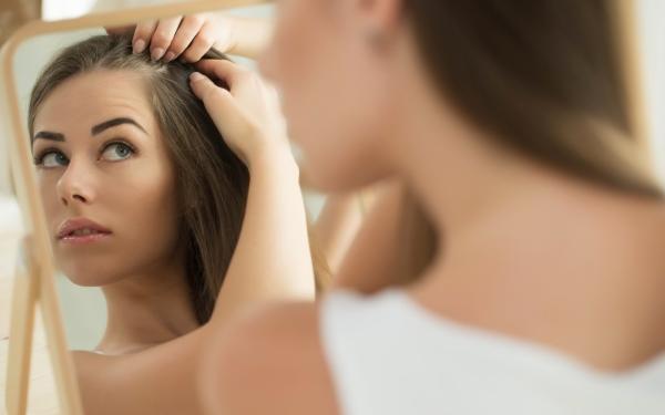 Wypadanie włosów: przyczyny. Sposoby na wypadanie włosów