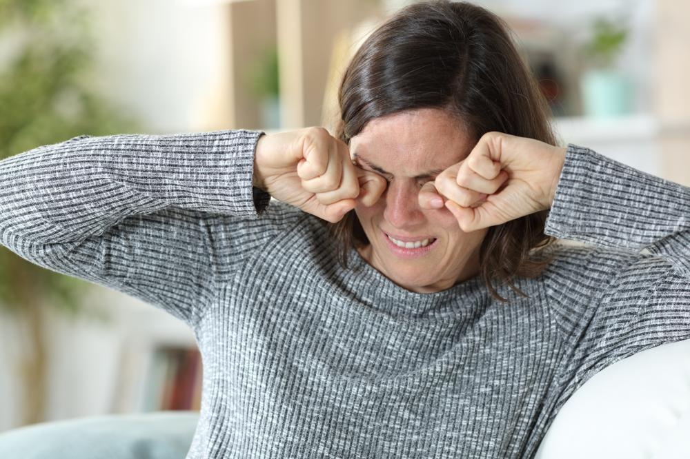 Łzawienie oczu: przyczyny. Jakie choroby objawiają się łzawieniem?